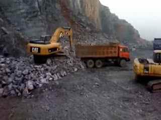 钩机装车视频 挖掘机视频表演大全 轮呔挖掘机在挖袋装
