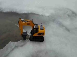 儿童挖掘机视频表演 当法拉利跑车遇上挖土机