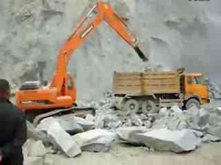 挖掘机工作视频 挖掘机视频表演与微型装载机上装车