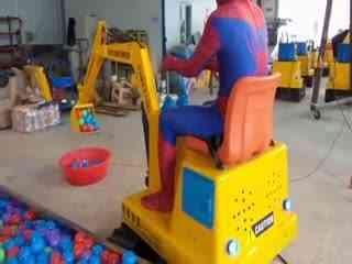 儿童挖掘机视频表演 蜘蛛侠之挖土机表演高清