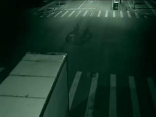 灵异事件:监控拍摄夜间十字路口车祸的灵异事件海报