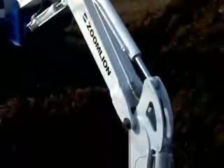 大挖机工作视频 菜地被毁:老人拦住挖掘机--华