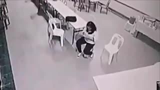 监拍女子被鬼袭击 桌椅自行移动挡去路