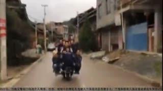 作死男直播炫耀一辆摩托坐十人 危险行驶遭处罚