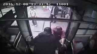"""老人腿抖 公交司机抱其下车获封""""最暖司机"""""""