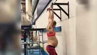 震惊!瑞典准妈妈怀孕41周仍能做引体向上