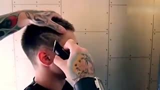厉害了战斗民族!俄罗斯小哥用火修剪头发