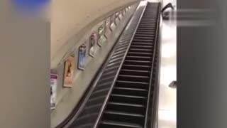 醉汉走错电梯后 本想简捷快速的下楼 结果悲剧了