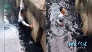 落水者死前求救 人们只顾拍照刷手机