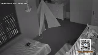 发毛 妈妈被拉进婴儿床下 双眼直盯监视器