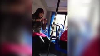 失恋妹子伤不起!实拍女孩失恋公交上撕心裂肺发泄情绪吓坏乘客