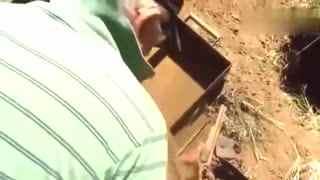 男子野外挖到一个铁箱 打开后居然全部是宝贝!