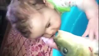 实拍萌宝手捧大鱼温馨接吻 大鱼上瘾多次索吻