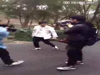 实拍奔跑吧杭州录制,鹿晗牵手大猩猩散步