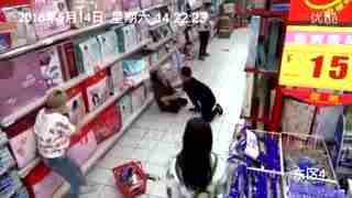 妇女正在逛超市,突然有东西掉地上,监控拍下了这诡异的画面