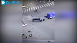 郑州一面包车撞多辆电动车 致一死九伤