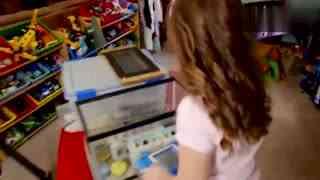 9岁女童养了几千只蟑螂当宠物,她最喜欢蟑螂爬满全身