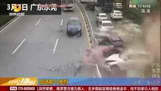 广东:重型水泥罐车刹车失灵 追尾前车致14车连环相撞