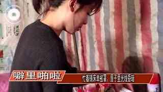 刘涛为故友扫旧居 跪地下打扫老屋并数度哽咽落泪