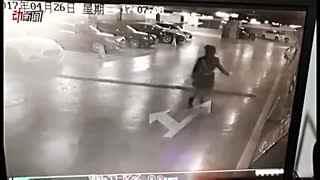 实拍北京一越野车破墙撞入办公室 一名女子当场死亡