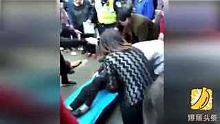 实拍女司机开车连撞7位老人 下车后抱头痛哭