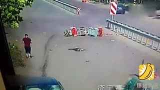 老汉骑车横穿马路 被轿车撞飞空中旋转三圈