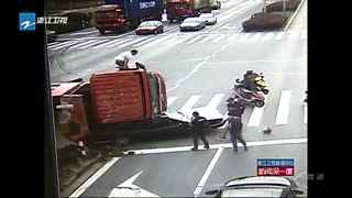 货车压轿车 又是闯红灯惹的祸!