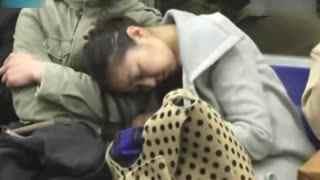 男子地铁狂摸醉酒女孩胸部2分钟被拍