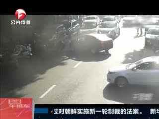 """重庆:女司机大喊""""没刹车了"""" 交警上前双手逼停"""