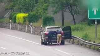 司机高速停车遮挡号牌,被监控隔空喊话一脸懵