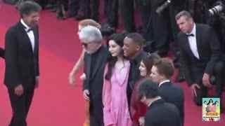 范冰冰穿中国风长裙亮相戛纳 成为摄影焦点 张靓颖格莱美后回京 腿粗驼背显疲态