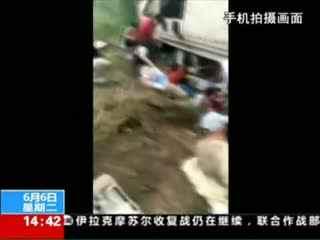 山东日照:一辆载有30余人大客车因雨天路滑 侧翻致多人遇难