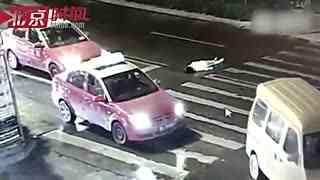 女子斑马线被撞 路人报警期间遭二次碾压