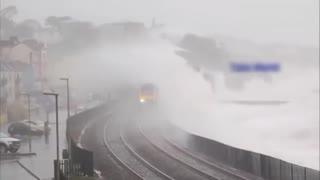 世界最危险的火车路线,穿越悬崖绝壁,海浪都有几十米高