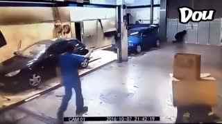 全球搞笑精选 一个劫匪去打劫洗车房。。。结局太惨了,万万没想到啊