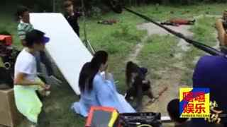 赵丽颖拍戏时内衣滑落-林更新尴尬害羞提醒-旁边的工作人员亮了