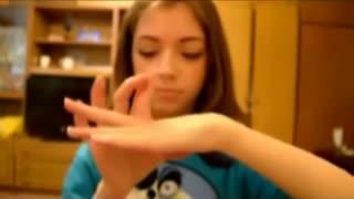 灵活的手指舞 女孩超厉害的手指软骨功