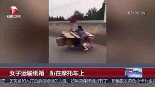 大妈奇葩骑摩托贴地飞行 网友:这是蛤蟆功?