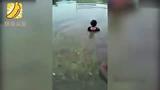 男孩打架偷窃不学好 家长无奈捆绑后水中浸泡
