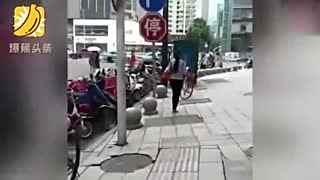 女孩街头踢翻多辆共享单车 还故意扭身炫耀