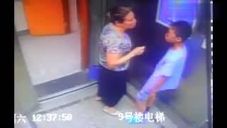 大妈电梯间强吻小男孩,吓得男孩一把推开她