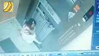 小女孩坐电梯不安分 猛拉开电梯门第一层