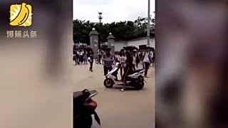 女生扬言叫混混强奸同学 被同学父亲拦截殴打