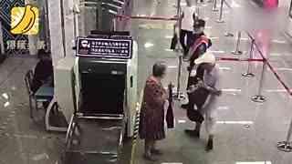 老人地铁站不愿过安检 飚脏话并脚踹安检员