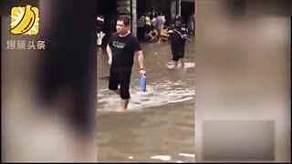 暴雨后运钞员板车拖百万钞票 荷枪实弹光脚趟水