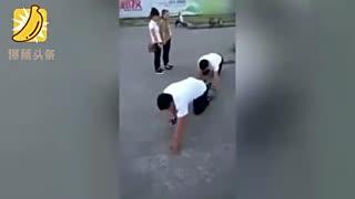 两男子因销售业绩不好 被罚在地上爬行