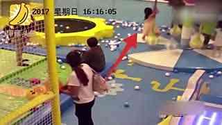 因孩子抢玩具 男子将对方女孩摔上护栏板