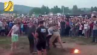 俄罗斯男子庆典上表演喷火 意外烧伤面部