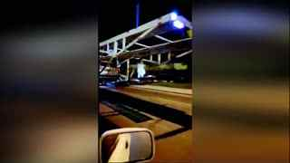 货车半夜后面飘着白衣女鬼 网友被吓坏