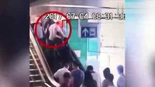女子边玩手机边上电梯 6旬老汉趁机尾随偷拍裙底被识破